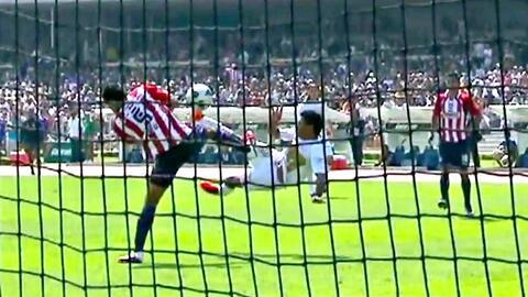 Tres 'tijeras' y dos fierrazos al ángulo, la calidad del top 5 del Pumas vs. Chivas