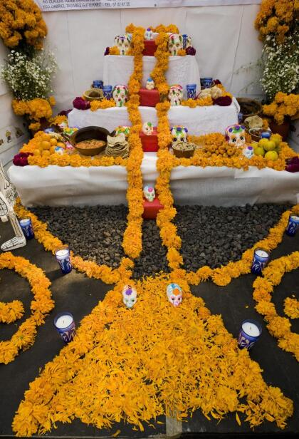 """Entre la costumbre es usar los pétalos de la flor para crear un """"caminito"""" o vereda desde la entrada del hogar hasta el altar, para que los muertos encuentren sin problema alguno la ubicación de su ofrenda y así disfrutar de los platillos y demás cosas que sus familiares hayan montado para ellos."""