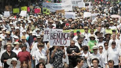 Miles de personas se toman las calles de México para marchar en contra de AMLO