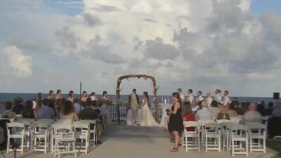 Cambio de trayectoria de Dorian tranquiliza a comunidad de Deerfield Beach y una pareja logra casarse en la playa