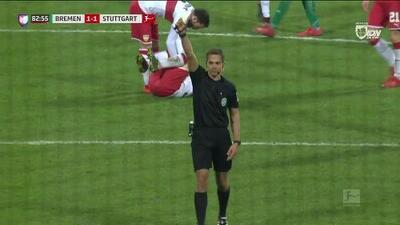 Tarjeta amarilla. El árbitro amonesta a Niklas Moisander de SV Werder Bremen