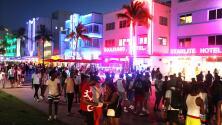 """""""Es mejor prevenir que lamentar"""": algunos turistas en Miami Beach dicen que seguirán usando mascarilla"""