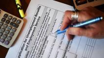 Miles de personas siguen esperando por sus beneficios de desempleo en Illinois y activistas piden cambios