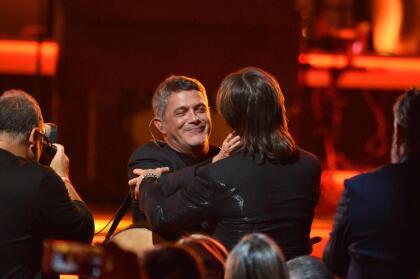 Entre la lista de estrellas que rindieron honores a Juanes estuvo Alejandro Sanz, quien con ocho postulaciones es el máximo nominado en la presente edición de Latin GRAMMY. El español cantó 'Mala Gente'.