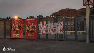 Previo al juego contra Chivas, afición de Morelia cuelga mantas contra directiva