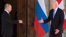 Sonrisas corteses y miradas esquivas: lo que dice el lenguaje corporal del primer encuentro entre Biden y Putin