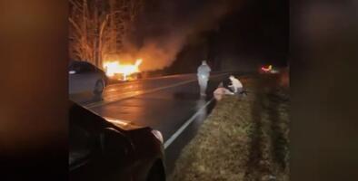 Joven rescata a un oficial de una patrulla encendida en llamas