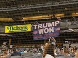 """Hombres cuelgan bandera de """"Trump ganó"""" en el estadio de los Yankees y son expulsados"""