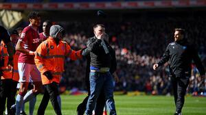 Aficionado que agregió a futbolista en Inglaterra estará en prisión por 14 semanas