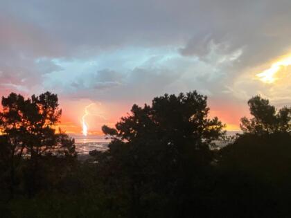 Miles de fotógrafos aficionados inundaron las redes sociales con postales de la tormenta eléctrica, un evento climático que sorprendió a los residentes de la región que estaban agobiados por las altas temperaturas que en muchos lugares han rebasado los tres dígitos.