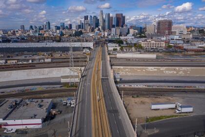 """Para los locales, la estampa desolada al este de la calle primera en <a href=""""https://www.univision.com/local/los-angeles-kmex/"""">Los Ángeles</a> parecerá un escenario de película apocalíptica. Sin embargo, en realidad es muestra de la respuesta solidarias de los angelinos ante la medida """" <a href=""""https://www.univision.com/local/los-angeles-kmex/mas-seguros-en-casa-lo-que-debes-saber-sobre-la-orden-de-quedarse-en-casa-debido-al-coronavirus-fotos"""">Más seguros en casa</a>"""" . <br>"""