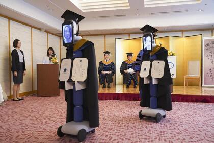 <b>Graduación de robots.</b> La Universidad BBT de Tokio celebró una ceremonia virtual de graduación el 28 de marzo, protagonizada por robots. Cada uno de los graduados vió en casa la ceremonia desde casa la perspectiva de estas máquinas.