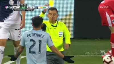 Tarjeta amarilla. El árbitro amonesta a Felipe Gutiérrez de Sporting Kansas City