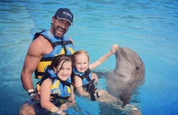 Gabriel Soto por fin se reencontró con sus hijas y se las llevó a nadar con delfines