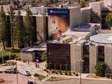 Policía dispersa muchedumbre violenta en el hospital Kern Medical en Bakersfield