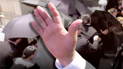 Foto a foto: la increíble estrategia de los paraguas para ocultar a Chiquis Rivera vestida de novia