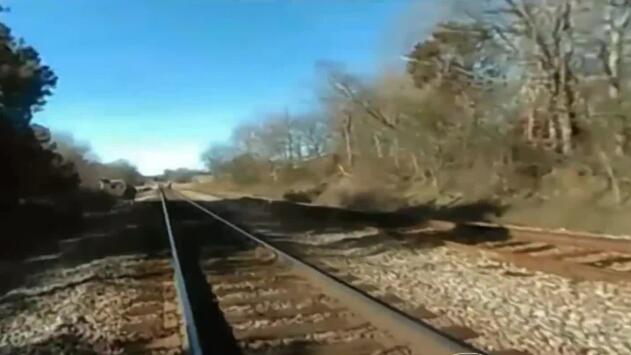 En video: el momento en que el tren arrolla a un policía que perseguía a un sospechoso