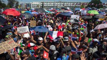 Miles de dominicanos llenan la Plaza de la Bandera exigiendo respuestas por la actual crisis electoral
