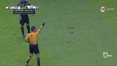 Tarjeta amarilla. El árbitro amonesta a Raúl Gudiño de Guadalajara