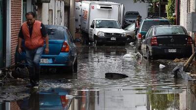La carretera se convirtió en un torrente de agua al desbordarse un río en Ciudad de México