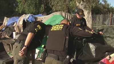 Desalojan a decenas de indigentes de un campamento en Sacramento