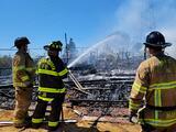 Adolescentes jugando con fuego provocaron incendio que quemó una casa y varios vehículos en Martínez