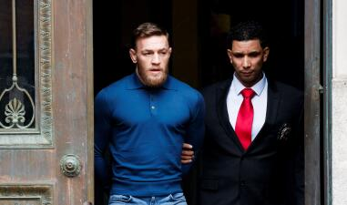 La estrella de UFC, Conor McGregor, salió esposado y retador rumbo a su juicio en la corte