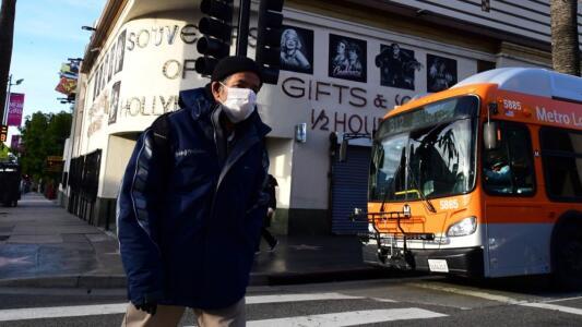 """""""Me da miedo"""": habitantes de Los Ángeles reaccionan a la nueva guía que permite a vacunados no usar máscaras"""