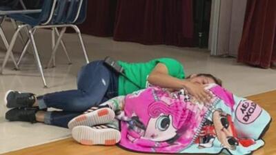 """""""El corazón no tiene idioma"""": la razón por la que la foto de una maestra en Texas con una alumna conmueve a miles en redes"""