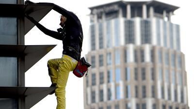 Escalar una torre de 47 pisos en Filipinas: la nueva hazaña el 'hombre araña francés' (fotos)