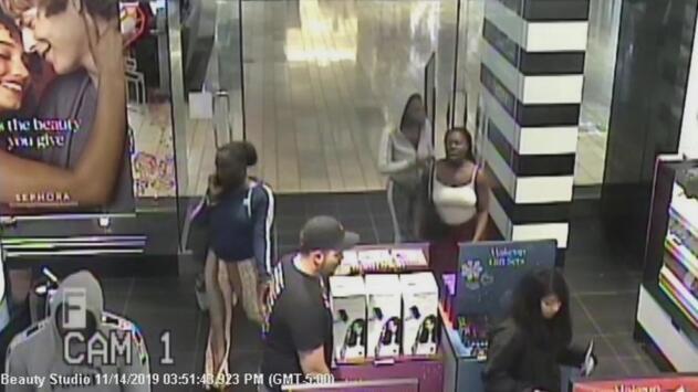 Buscan a tres mujeres y un hombre por el robo en una tienda en el International Mall de Miami
