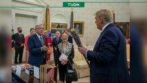 Recibe Presidente Trump bat de arte huichol de AMLO