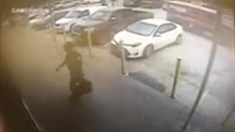 Video muestra asalto a mano armada al repartidor de un vehículo blindado