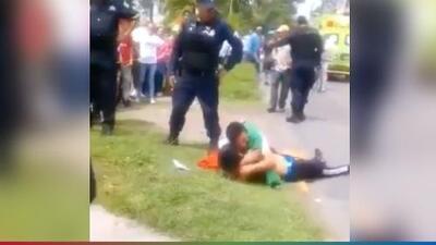 (Advertencia, contenido gráfico) Padre llora desconsolado junto al cadáver de su hijo abatido por la policía