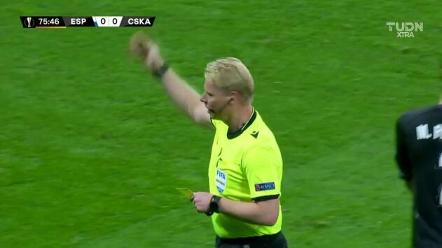 Tarjeta amarilla. El árbitro amonesta a Vadim Karpov de CSKA Moscow