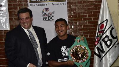 Román 'Chocolatito' González recibió su cinturón de campeón