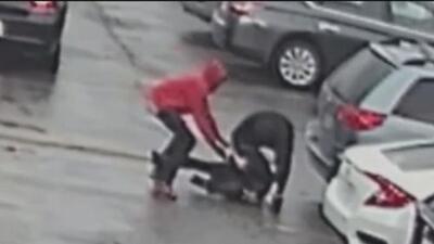 En video: A patadas y puños asaltan en segundos a un hombre que salía de un banco Chase en Houston