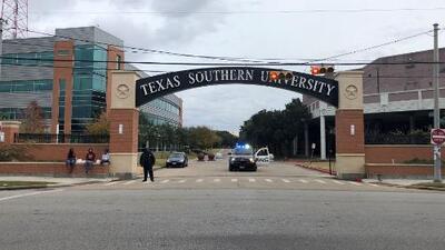 Reacciones de alumnos de la universidad Texas Southern durante la evacuación por amenaza de bomba