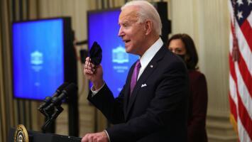 En un minuto: Biden amplía ayuda alimentaria y decreta mascarilla obligatoria en transporte público