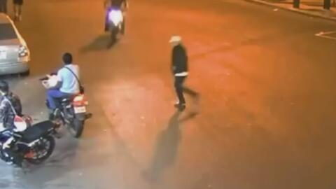 Un peatón despistado causa un aparatoso accidente en una calle de Guatemala