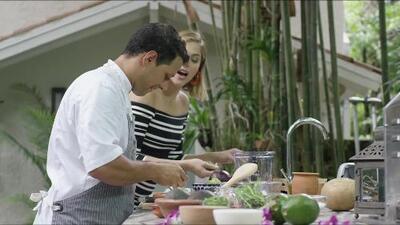 Daniela Di Giacomo prueba un ceviche verde preparado por el chef Santiago Gómez