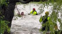 El dramático rescate de una mujer que se aferraba a un arbusto durante una inundación repentina en Texas