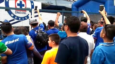 Aficionados de Cruz Azul le gritan de todo al bus del equipo llegando al estadio