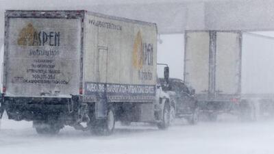 Accidentes viales, autopistas cerradas y cientos de vuelos cancelados debido a una fuerte nevada en Colorado