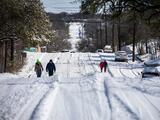 Carreteras de Texas permanecerán peligrosas a medida que bajan las temperaturas esta noche