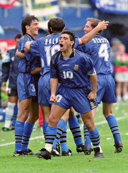 Diego Maradona (Argentina) - Considerado uno de los mejores jugadores de la historia, el argentino tenía un pincel en su pierna izquierda y la capacidad de tener el balón atado a ella.