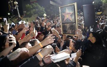Flores, lágrimas y amor: así develaron la estrella de Selena en Hollywood