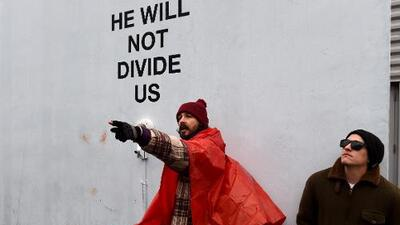 Shia LaBeouf es arrestado en protesta contra Donald Trump en Nueva York