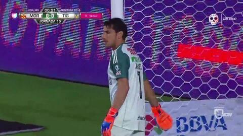 Luis Rodríguez despeja el balón y aleja el peligro