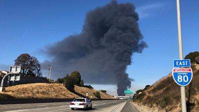 Dos tanques de etanol y un incendio de vegetación arden en una refinería de la Bahía de San Francisco